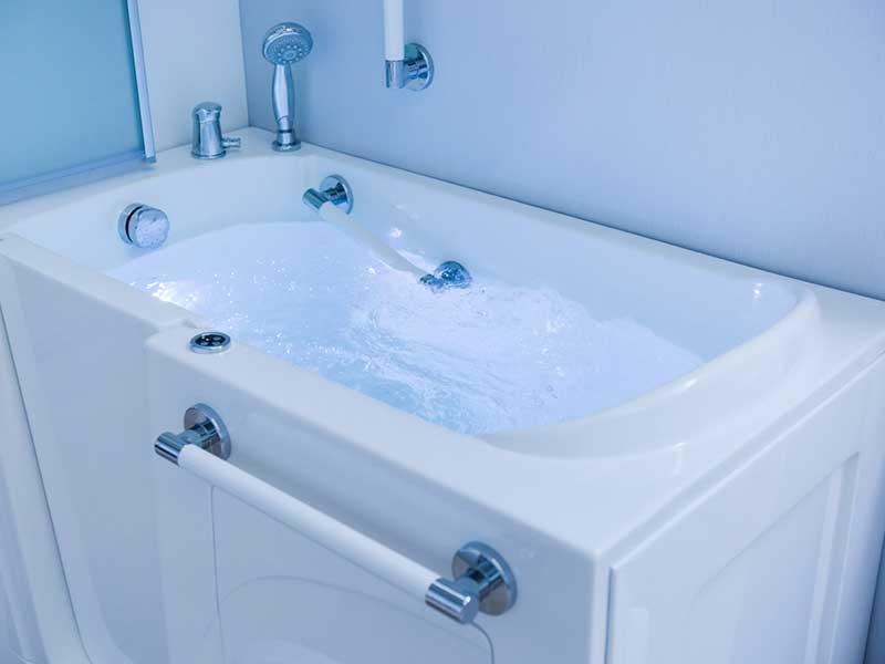 dettagli vasca bagno con sportello