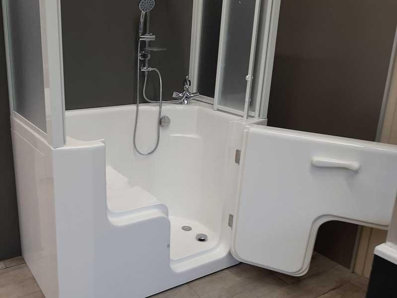 vasca con porta per anziani disabili